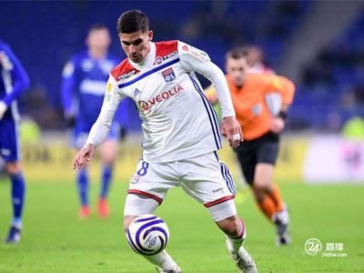 《镜报》报道说,阿森纳再次联系了里昂中场球员奥亚尔