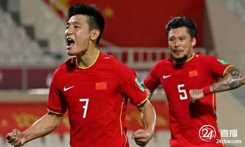 北京青年报:前12名国家足球队75名队员启程前往卡塔尔