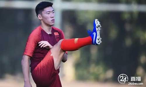 深思熟虑的上海:朱晨洁有实力成为国家足球队的第一名球员。李铁可以给年轻球员更多的机会