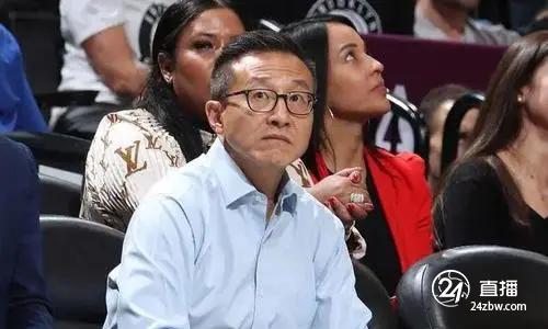 明基:篮球网老板蔡崇信向全队传达了支持疫苗的信息。欧文当时在现场